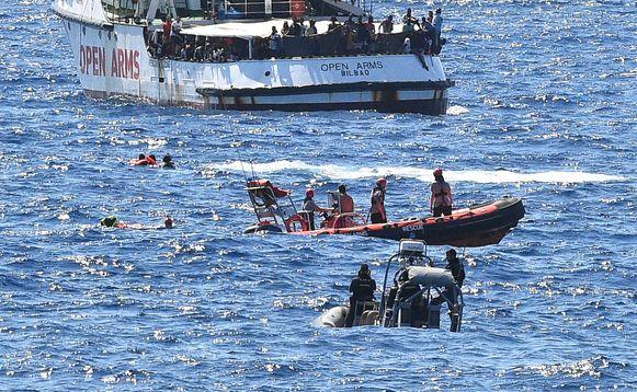 Negen mensen zouden in het water zijn gesprongen.