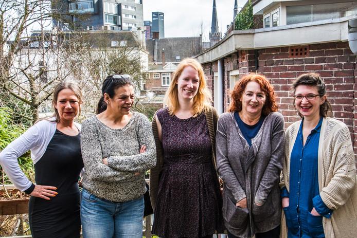 Ireen Fasel, Lalla Weiss, Suzanne Keurntjes, Agnes Naaijkens en Bregje Delrue (vlnr.) organiseren het komende Gipsy Festival in Tilburg. foto Jan van Eijndhoven/Beeld Werkt