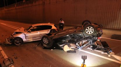 Twee jonge mannen levensgevaarlijk gewond nadat hun wagen over de kop gaat op N41