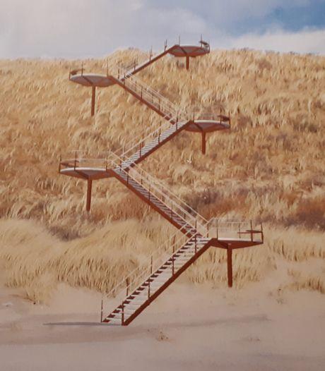 Hypermoderne trap naar strand Westkapelle van de baan