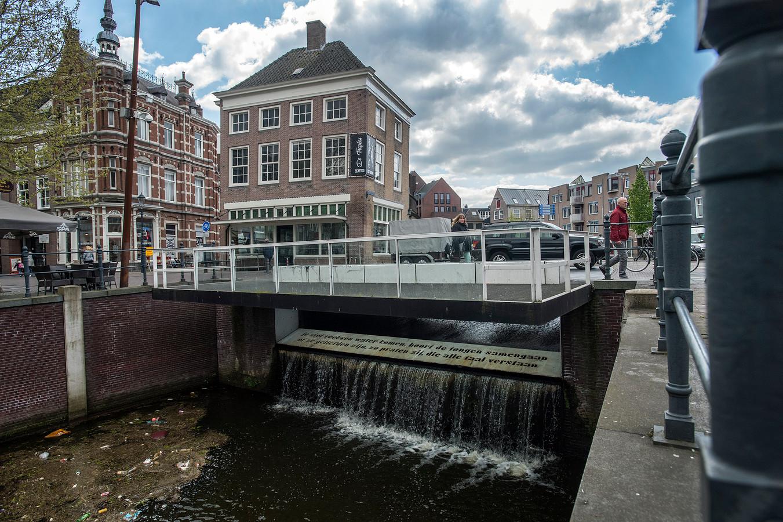 De waterval en en dichtregels bij de Tolbrug verdwijnen als de Nieuwe Mark wordt verdiept.