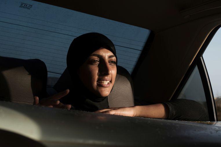De Iraanse surfer Shahla Yasini, de hoofdpersoon in de fotoreeks. Beeld Giulia Frigieri
