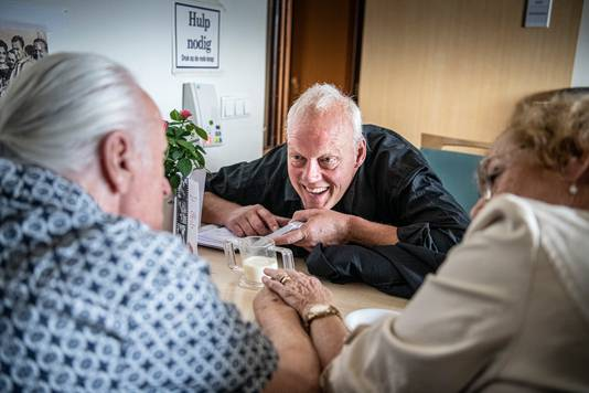 Verpleeghuisarts Kees van Gelder met Willy en Kitty.