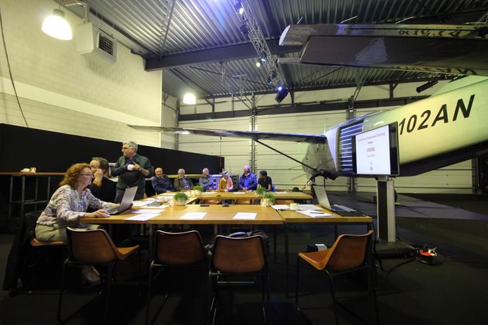 De Commissie Regionaal Overleg Seppe vergadert  in het decor van een geparkeerde Cessna Caravan.