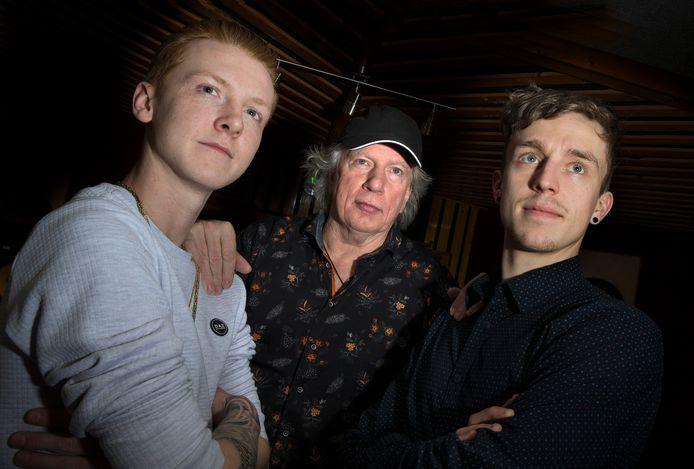 Dick Kemper (midden) met Mitchel (links) en Jarino in zijn studio. ,,Leeftijd doet in de muziek niet ter zake. Totaal oninteressant.''