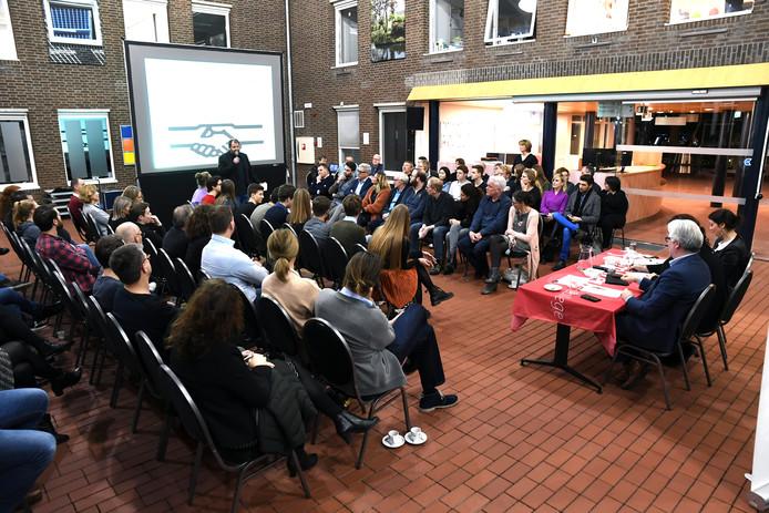Het debat tussen Cambreurleerlingen en lokale politici een jaar geleden in het gemeentehuis.
