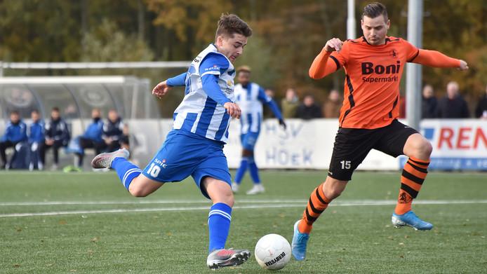 Rik Impens haalt uit in het duel met koploper Sparta Nijkerk, eerder dit seizoen.