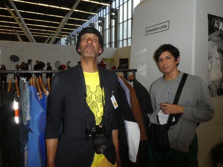 Fotograaf Eugene Sandberg en kunstenaar Eduardo Leòn ('All good, no worries.'), met de Schuimjas helemaal rechts Beeld Schuim