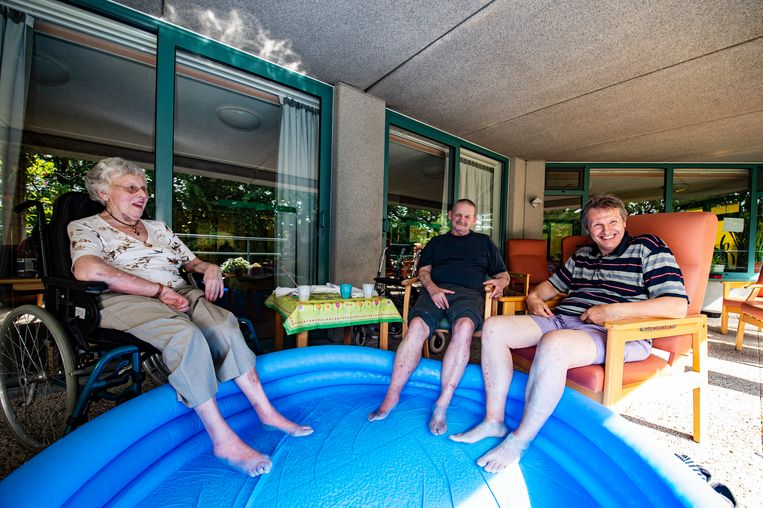 De bewoners van woonzorgcentrum Hof De Beuken in Ekeren genoten maandag van een verfrissend voetbad.