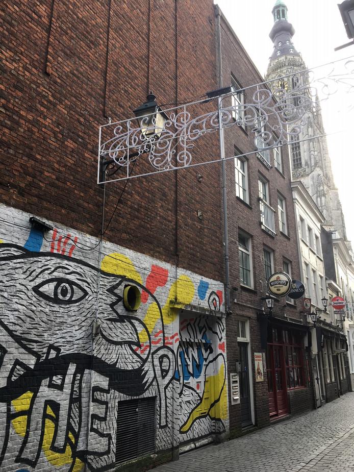 De foodhal krijgt ook een entree aan de Schoolstraat, op de plek waar nu een graffiti-muur is.