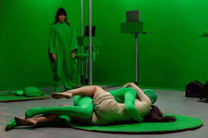 Theaterbeeld uit 'Memento Mori', een inventief spel met 'green screens'. Als online bezoeker zie je iets heel anders.
