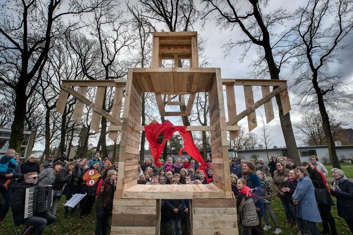 Leerlingen van de Petraschool en de Wethouder van Eupenschool in Eindhoven ontwierpen de vogelverschrikker, cliënten van Lunet Zorg maakten 'm. Hij staat nu op de groenstrook tussen Faunuslaan en Odysseuslaan, in de hoop dat er nu eindelijk meer aandacht komt voor natuur, mens en dier in dat stukje Oude Gracht.