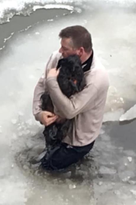 Amerikaan twijfelt geen moment en redt hondje uit bevroren meer