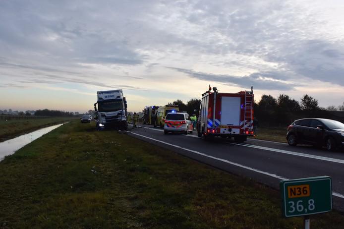 De N36 is in beide richtingen afgesloten na het ongeval.