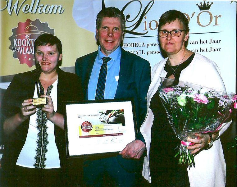Steffie (links) staat met haar ouders Patrick en Anita te pronken met hun prijs van 'Beste Concept'.