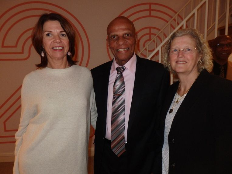 Nog een instituut: Humphrey Mijnals, de eerste Surinaamse speler in Oranje. Naast hem zijn vrouw Marianne (r) en oud-bestuurslid Annette Poot Beeld Schuim