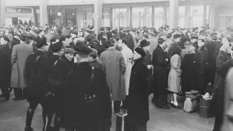 Joden op het Amstelstation, opgeroepen voor tewerkstelling in rijkswerkkampen. Beeld Foto Collectie Bart de Kok en Jozef van Poppel