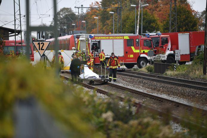 Reddingswerkers in het station van Bruckberg na het tragische ongeval.