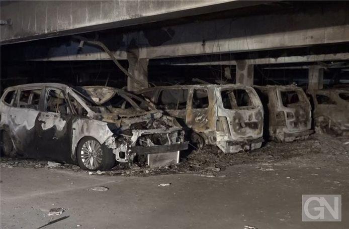 50 auto's brandden volledig uit