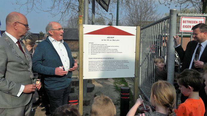 Een trotse Ad van Beek bij het naar hem vernoemde dorpsplein van De Moer. Links loco-burgemeester Gerard Bruijniks van Loon op Zand, rechts voorzitter Rob Vlemmix van Moers Belang.