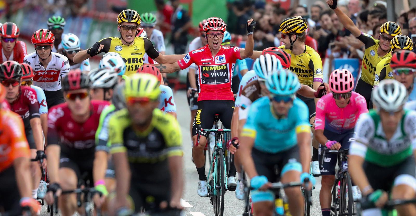 Vreugde bij Robert Gesink, links naast Vuelta-winnaar Primoz Roglic.