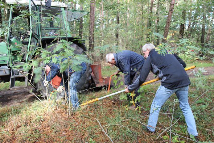 Beeld van onderhoudsdagen WPE: vrijwilligers helpen met het onderhoud van de ruiter- en menroutes in de gemeente Soest.