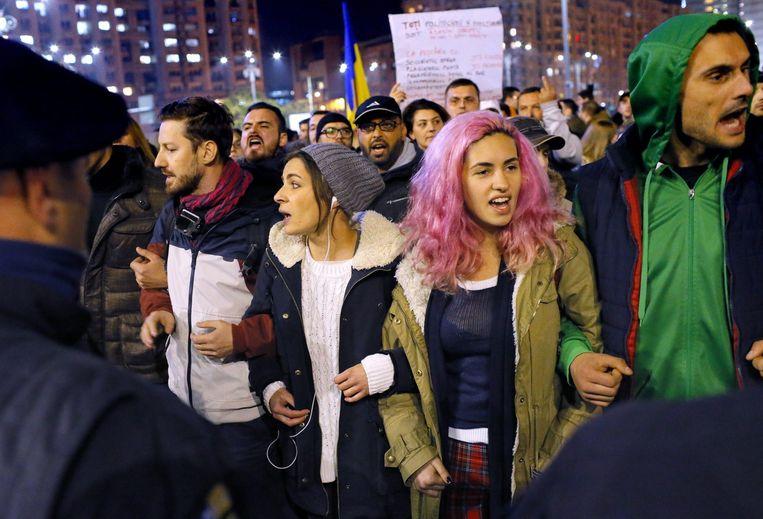 Roemeense inwoners protesteren tegen de regering. Beeld epa