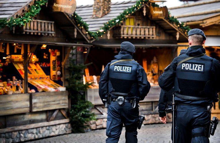 Politie aan het werk tijdens de de kerstmarkt in Oberhausen. Beeld ANP