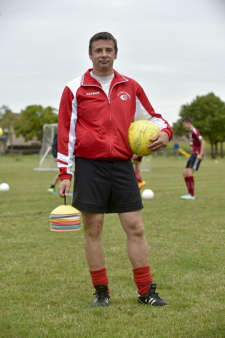 Nico De Weghe is de eerste dove coach in België die een ploeg horende spelers mag trainen.