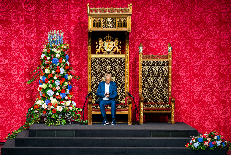 Maandag wordt er tijd genomen voor een geluidscheck op de troon van de koning in de Grote Kerk in Den Haag waar dinsdag de Troonrede wordt voorgelezen. Beeld Freek van den Bergh / de Volkskrant