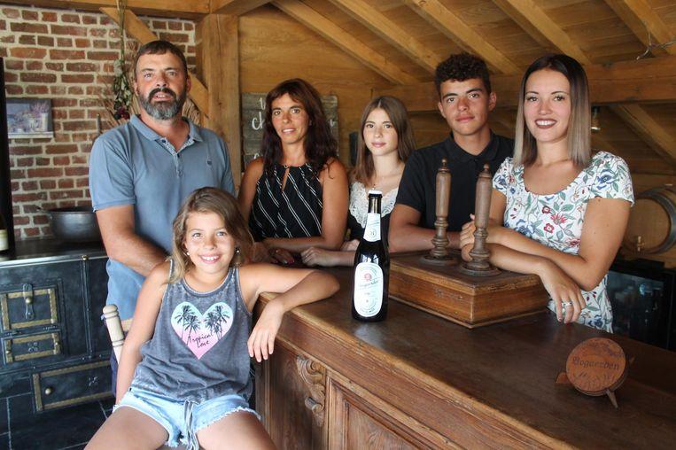 Brouwer Koen Christiaens stelt zijn allereerste creatie voor samen met zijn familie.
