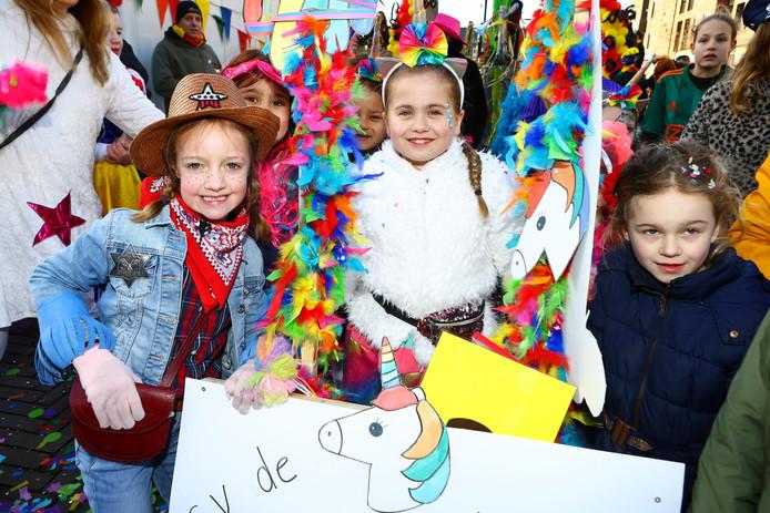 Vrolijke gezichten bij de deelnemers aan de kindercarnavalsoptocht in Kaatsheuvel.