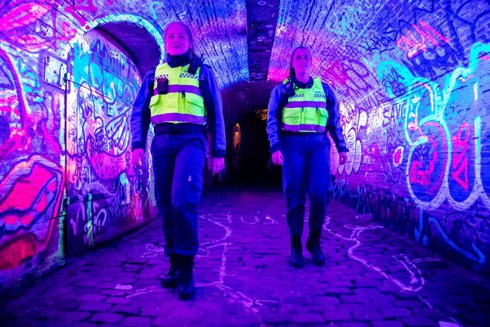 Boa's Marilène (21) en Chelsey (20) op pad in nachtelijk Utrecht.