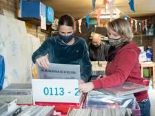 Twintig bezoekers bij de vinylmarkt in eigen schuur en tuin