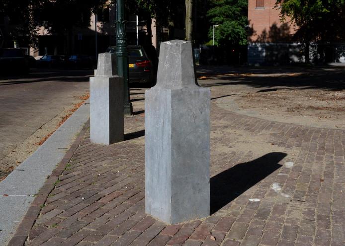 De betonnen paaltjes die plaats moesten maken om ruimte te maken voor de koets