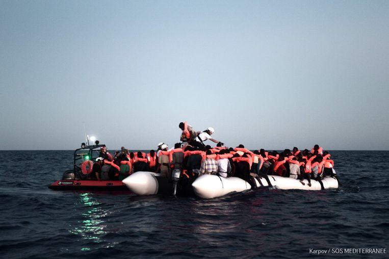 Zoek- en reddingsactie in de Middellandse Zee op 9 juni 2018, waarvan het beeld is vrijgegeven op 11 juni 2018 door SOS Méditerranée en laat zien hoe migranten gered worden voordat ze aan boord van het Franse NGO-schip Aquarius gaan. Beeld AFP