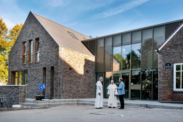 Paters Jan Boks en Paul Minke met Aalt Bakker, directeur van de stichting Dominicanenklooster Huissen, voor de nieuwbouw.