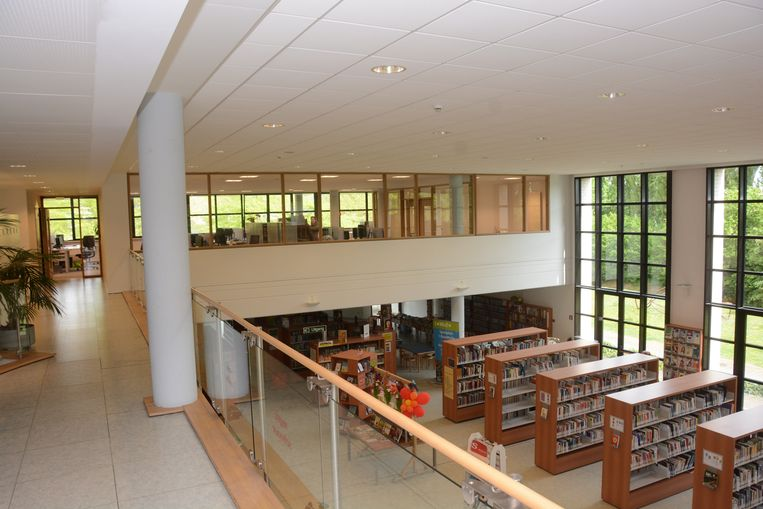 Een vide in de bibliotheek werd omgevormd tot kantoorruimte voor onder meer de cultuurdienst.