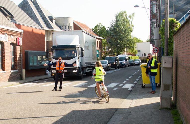 De leerlingen leggen het fietsxamen af op de openbare weg.