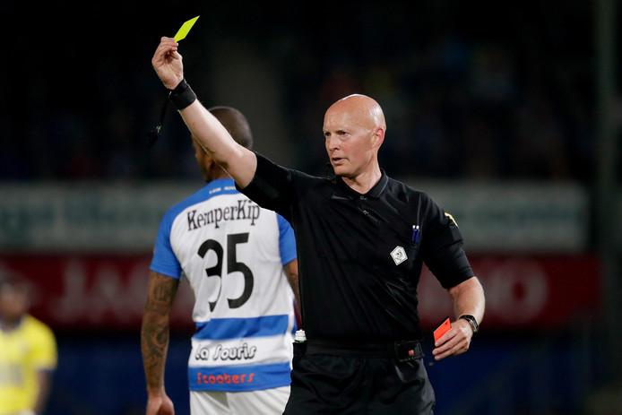 Scheidsrechter Siemen Mulder trok vijf keer de gele voor een speler van De Graafschap.