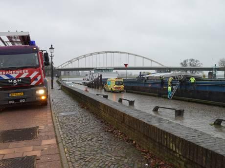 Onbekende man gewond en onderkoeld na val in lege laadruimte van schip bij Deventer