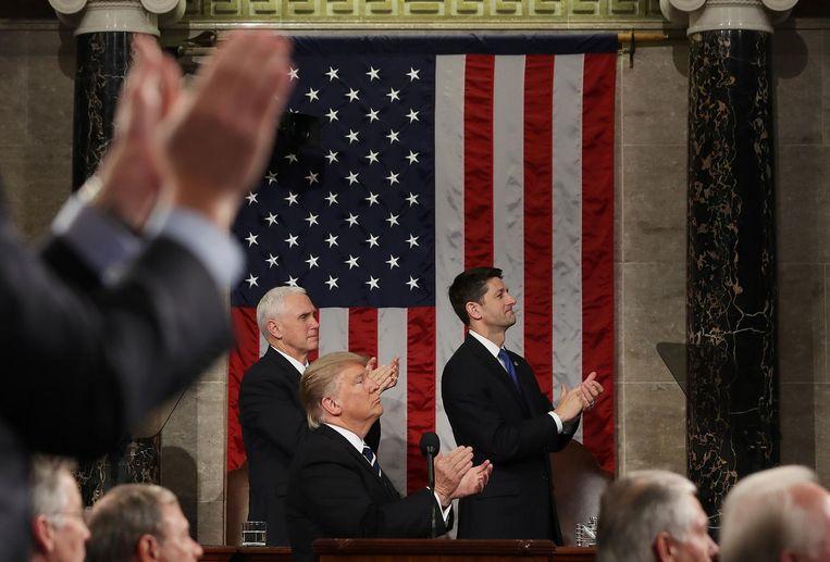 President Trump, vicepresident Pence en de Republikeinse leider Ryan klappen voor de weduwe van commando Owens. Het eerbetoon leek een poging van het Witte Huis om de kritiek op de pechmissie te stoppen. Beeld null
