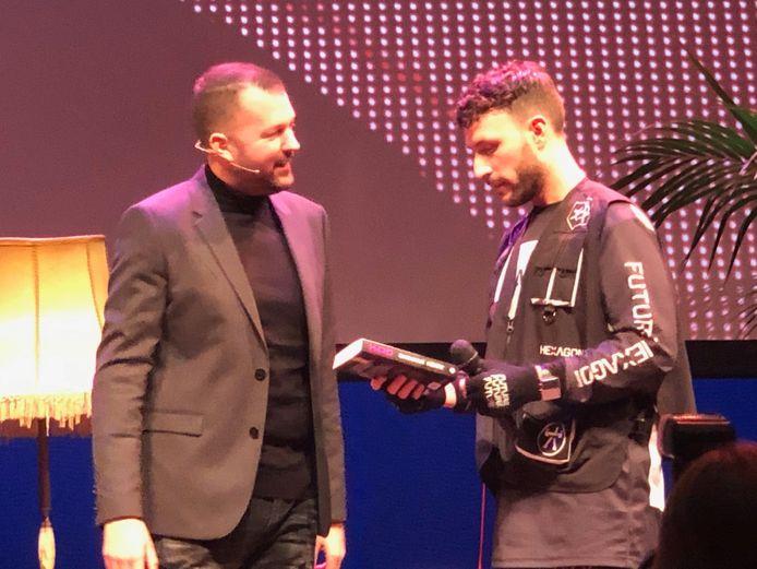 Fabian Bohn alias Brennan Heart  (links) biedt het eerste exemplaar van zijn biografie aan aan collega dj en jeugdvriend Don Diablo.