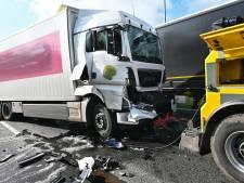 A16 richting Breda korte tijd dicht na ongeluk met twee vrachtwagens, chauffeur gewond