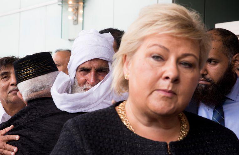 De Noorse premier Erna Solberg heeft een bezoek gebracht aan de getroffen gemeenschap. Ze had een ontmoet met onder meer Mohamed Rafiq, die de schutter met een andere moskeebezoeker tegen de grond werkte.
