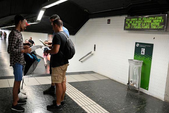 Agenten controleren de papieren van twee van zakkenrollen verdachte jongemannen in een metrostation.