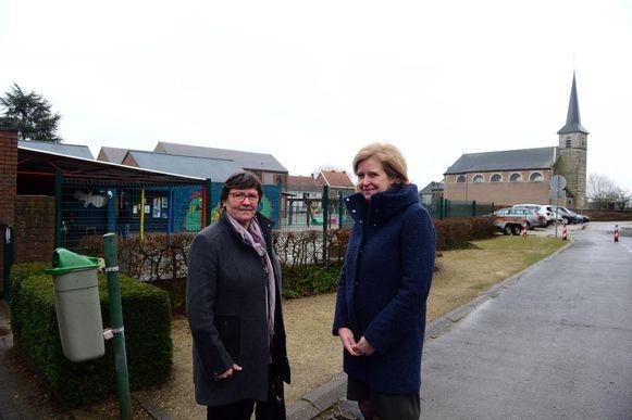 Onderwijsschepen Gilberte Muls (Lubbeek Leeft) en directrice Kristien Clits aan school 3210.