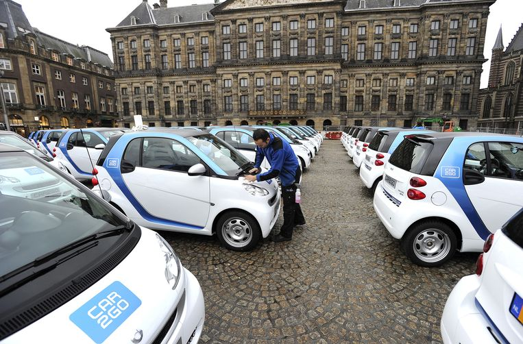 Het wagenpark van 300 elektrische deelauto's van Car2Go staat voor het Paleis op de Dam. Beeld anp