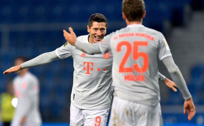 Robert Lewandowski viert zijn treffer met aangever Thomas Müller, de maker van het openingsdoelpunt.