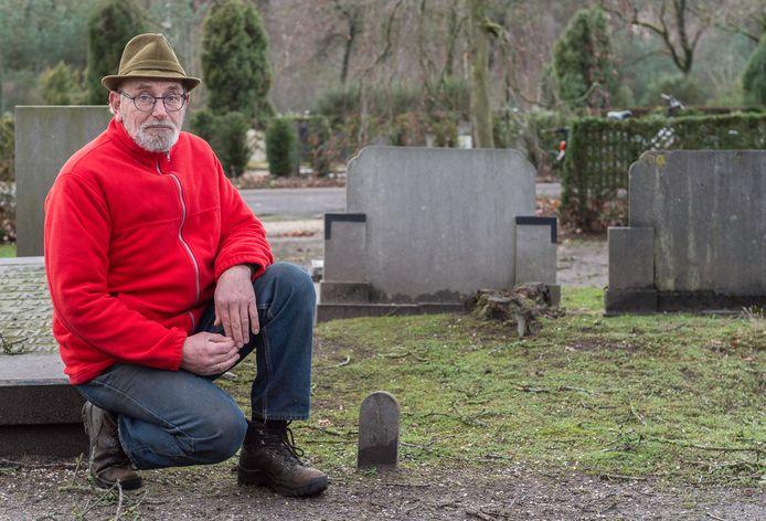 Henk van Asselt bij het graf van verzetsheld Harmanus Nadus Steentjes in Elspeet. Het enige wat herinnert aan het feit dat hij in het dorp ligt begraven, is zijn grafnummer.